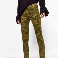 RIPS AND ZIPPED TROUSERS DETAILS