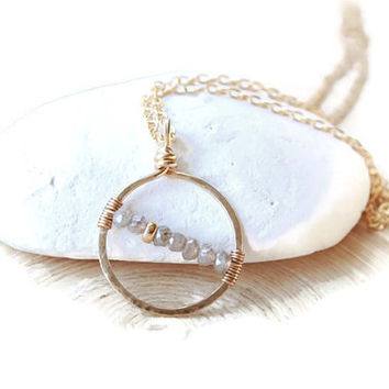 Labradorite charm necklace in gold filled. Round charm and labradorite gemstoness. Gold filled necklace, minimalist style. Power stone charm