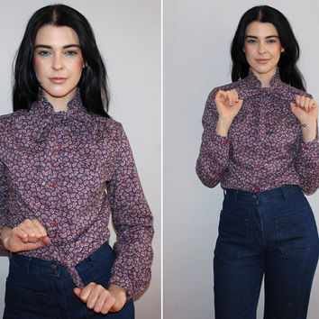 Vintage 60s 70s PAISLEY Top / Boho, Groovy Blouse / Purple Button Down Blouse / Long Sleeve Shirt / Mandarin Ruffle Collar, Bow Neck / Sm Md