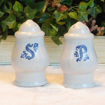 Vintage Pfaltzgraff Pottery salt & pepper shakers Yorktowne Made in the USA Blue Pottery