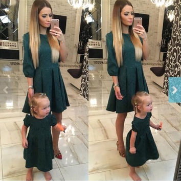 2017 New Mother Daughter Dresses Blackish Green Family Matching Mother Mom Daughter Clothes Outfits 12 Size Fashion Dresses