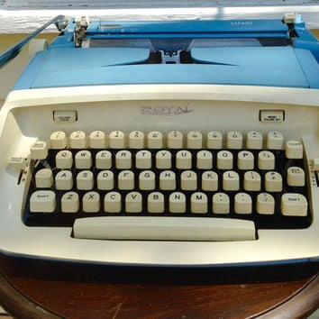 Working royal 1964 safari light blue manual portable typewriter with hard shell case