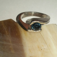Platinum Ring With Beautiful Blue Sapphire For Sale! Contemporary Modern Design, Gorgeous Shimmering Sapphire Set in 95% Pure Fine Platinum