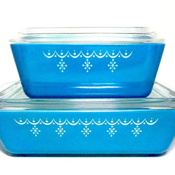 Pyrex Refrigerator Boxes, Set of 2, Snowflake Garland, Blue Pyrex Dishes, Pyrex Refrigerator Storage, Lidded, Ribbed, Blue White Kitchen