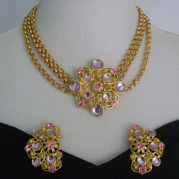 JOSE MARIA BARRERA For Avon Gold Tone Ornate Three Strands Rolo Link Chain Purple Pink Glass Cabochon Necklace Attached Pendant Earrings Set