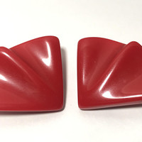 Vintage Lucite Mod Earrings / Fan Shaped Triangle Plastic Clip Ons / Bold Bright Primary Red Earrings / Plastic Mid Century Costume Jewelry
