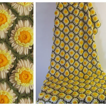 Gorgeous green and yellow floral Afghan.. Vintage Throw blanket with daisies