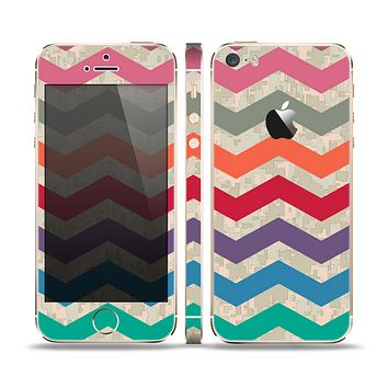 The Retro Chevron Pattern with Digital Camo Skin Set for the Apple iPhone 5s