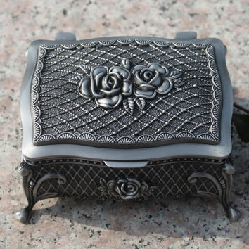 Metal jewelry box/ trinket box/hot-sellig gift box/ Pewter plated rose design jewelry box filming props