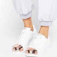 Adidas Originals - Superstar - Baskets avec bout renforcé en métal or rose - Blanc at asos.com