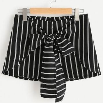 Black Striped Zipper Drawstring Waist Mid-rise Fashion Shorts
