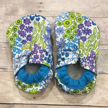 Spring flower booties, flower moccs, flower crib shoes, flower cloth shoes, baby shower gift, girl moccs, girl booties, multi colored bootie