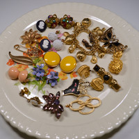 Vintage Jewelry Lot Bead Cluster Clip Earrings Cameo Pins Brooches Charm Bracelet Pendant Very Nice Destash Lot Jewelry Jewellery