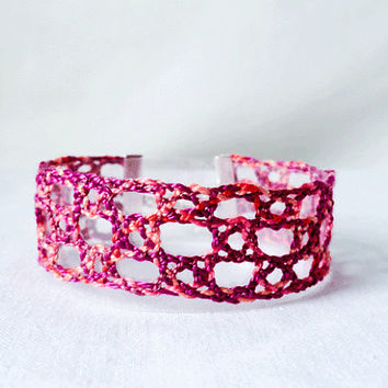 bracelet, handmade bobbin lace out of bead yarn, pink, silver fastener, laurinke no 1026