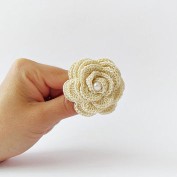 Crochet rose brooch with white freshwater pearl, ivory flower brooch, crocheted pin, shabby chic brooch, wedding accessory