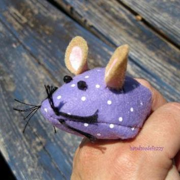 mouse finger pincushion  by handmadefuzzy on Zibbet