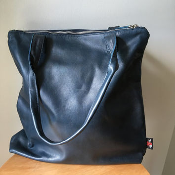 Shoulder tote bag with zip.Our Traveller bag is so unique.Long strap and stitched handles the perfect,lined shoulder bag
