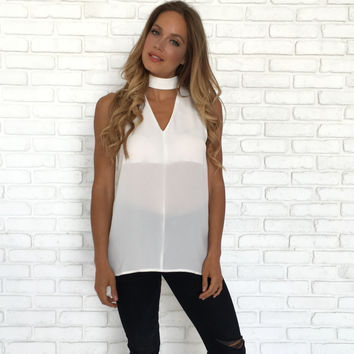 Choker & Collared Sleeveless Blouse In White