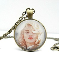 Marilyn Monroe Necklace: Kisses. Glass Picture Pendant Photo Pendant (1138)