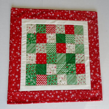 Christmas Quilted Table Topper with Snowflakes, Patchwork Winter Quilted Table Runner, Holiday Table Quilt, Christmas Quilted Candle Mat