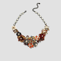 FLORAL NECKLACE WITH FAUX PEARLS DETAILS