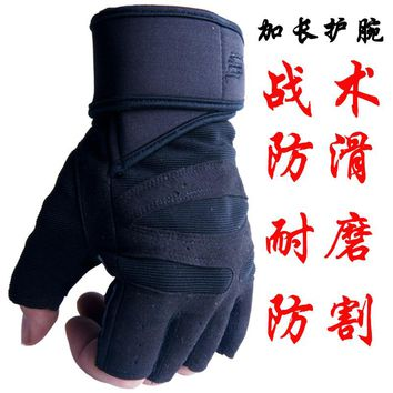 Men's fitness gloves breathable sports gloves female gym dumbbell training equipment Half Finger Bracers antislip pocket