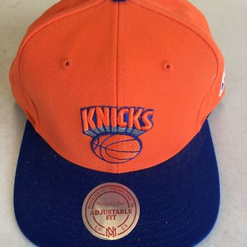 MITCHELL & NESS NEW YORK KNICKS ORANGE RETRO LOGO FLAT BRIM SNAPBACK HAT