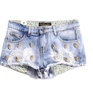 Metal skull heads distrressed water wash roll-up hem light blue denim women shorts
