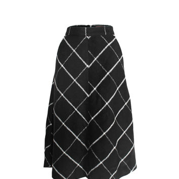 This beautiful full skirt features bold grid line pattern throughout, nice soft heavy-wool-like material is great for your cold weather season, two side of pocket, expose back zipper fastener, and fully lined. pair with