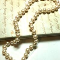 Vintage pearl necklace. 1940, real pearl jewelry, knotted strand, cream, pink pearls. 8 mm.