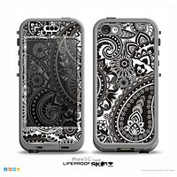 The Black & White Paisley Pattern V1 Skin for the iPhone 5c nüüd LifeProof Case