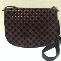 Vintage Bottega Veneta intrecciato woven suede leather messenger shoulder bag in black and wine brown. Unisex. Must-have masterpiece purse