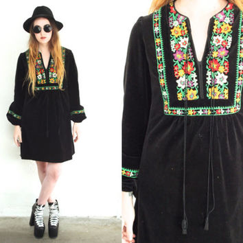 Vintage 60s DASHIKI Velvet Floral Embroidery Black Dress // Shift Babydoll Long Sleeve // Hippie Boho Gypsy Witchy // Small / Medium