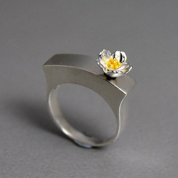 Spring Garden Blossom Modern Sterling Silver Ring Flower Painted Bright Yellow Enamel Contrast Metal Color Romantic Hollow Ring Worn Art