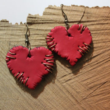 Heart earrings fimo -- Shape with scratches and brass seam pendant in polymer clay // Fimo jewelry