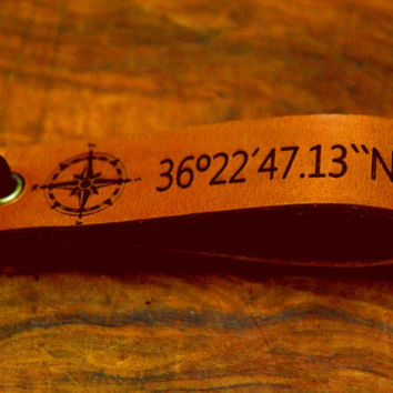 Coordinates keychain -Compass Keyjob - Custom Leather Keychain . Personalized Keychain . coordinates.Engraved Tag