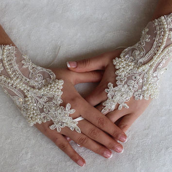 İvory Lace, Wedding Gloves, Lace Gloves Free Ship,  Unique Gloves,Fingerles.Bridal Glove