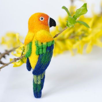 Colorful Bird Brooch Parrot / parrot pin / bird brooches / animal brooches / colorful jewelry / tropic birds / needle felted brooch