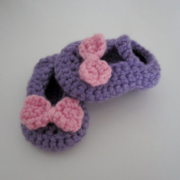 Crochet girls purple Mary Janes bootie slipper shoes with pink bow.  Fits baby, infant, newborn, child.  Custom made with your color choice