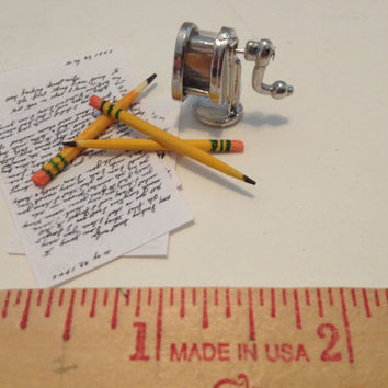 Miniature BOSTON Style Pencil Sharpener 3 Pencils 1:6 Playscale Barbie Office Desk School Diorama Dollhouse