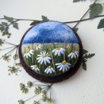 Needle felted brooch Сhamomile.