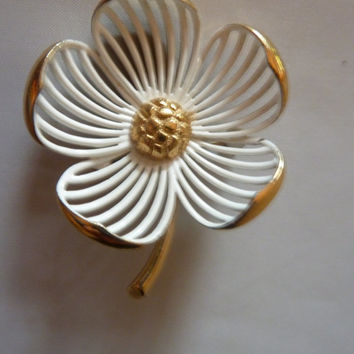Vintage Monet white enamel painted dogwood flower brooch pin gold stem open costume jewelry