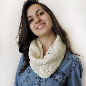 FREE SHIPPING Ivory chunky cowl Crochet circle scarf Neck warmer Textured pattern Chunky infinity scarf