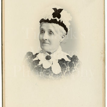 Cabinet Card Photo Victorian Old Woman, Lace Collar & Bonnet Vignette Portrait - F Sharples of Blackburn Lancashire - Antique Photograph
