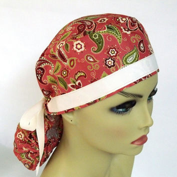 Picture-Perfect Fit Pony Pouch Scrub Cap Paisley on Brick