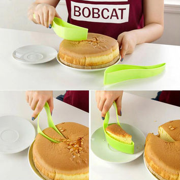 New Useful Cake Pie Slicer Sheet Guide Cutter Server Bread Slice Kitchen Gadget (Size: 25cm by 4cm by 4.3cm)