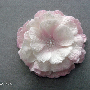 Felted flower brooch. Felted wool flower pin. Soft white and pink rose. Corsage flower under 25. Felt rose. Pastel felted flower, tea rose.