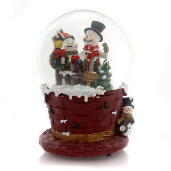 Christmas MUSICAL WATERGLOBE Glass Wicker Hat Picket Fence J3229 Snowmen