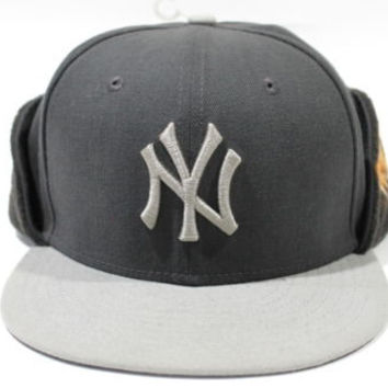 Damage New Era Men's Yankees Grey Ear Flip Winter Fitted Hat size 7 1/4