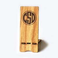 Personalized Wooden Phone Stand Custom Monogram Oak Wood Display Stand Rustic iPhone Samsung Motorola Huawei Xiaomi One Plus Dock Station